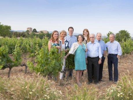 Familiensache seit fünf Generationen: Miguel A. Torres (r.) und seine Familie in einem seiner Weinberge in Spanien.