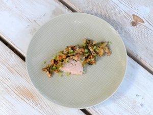 Niedertemeratur gegarter Lachs mit groben Meersalz, Zitrone und lauwarmem Pfifferlingssalat