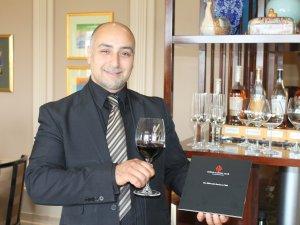 Maître d'hotel Serkan Özcan empfiehlt erlesene Tropfen im neuen Weinclub