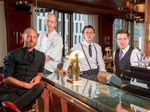 """Das Team der """"Lang Bar"""" (v.l.): Daniel Scherr (Barmanager), Pascal Lehmann (Souschef), Alexander Mix (Bartender), Yannick Kern (Bartender)"""