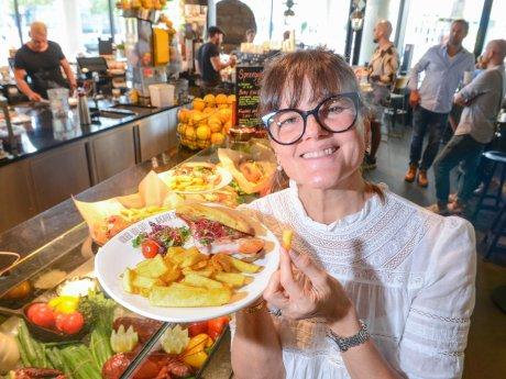 Fernsehbäckerin Cynthia Barcomi besucht für die Berliner Morgenpost die Berlin Food Week im Bikini Berlin