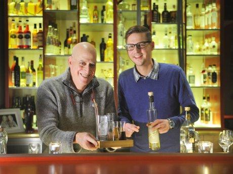 Jon Cooper (l.) und Geschäftsführer Rik Lusing hinter dem Tresen der Beavis Bar.