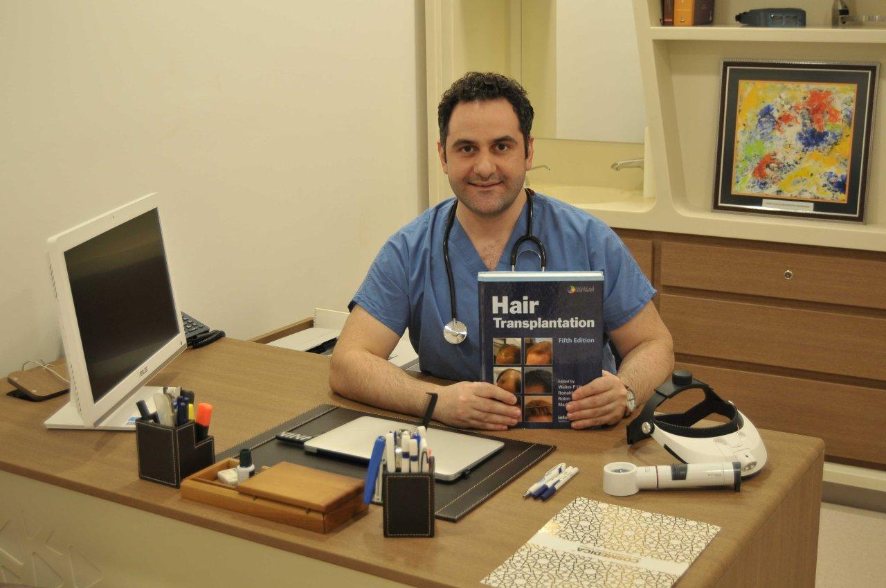 Haarverlust ist kein Kurzzeitproblem. Meist ist die Haarpracht für immer verloren. Weder Medikamente noch Shampoos helfen gegen erblich bedingten Haarausfall. Umso mehr Patienten entscheiden sich für die Langzeitlösung, die Haartransplantation. Nur welche Klinik ist die richtige? Eine häufige Haartransplantation Türkei Empfehlung: die Cosmedica Klinik in Istanbul.