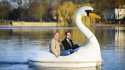 Axel Prahl, (l) und Jan Josef Liefers als TV-Kommissare an Bord eines ungewöhnlichen Tretbootes auf dem Münsteraner Aasee.