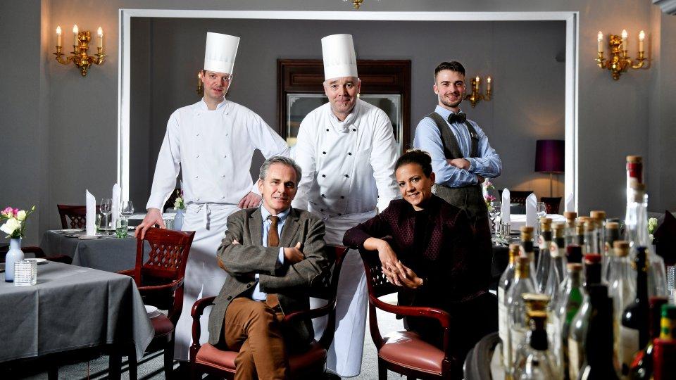 """Das Team des """"Bristol Grill"""" (v.l.): Kay Hartmann (Chef de Partie), Dirk Hoffmann (Restaurantleiter), Frank Hohkamp (Küchenchef), Marina Exner (F&B-Managerin) und Oskar Franusch (Auszubildender)."""