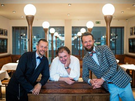 """Das Team im """"Einstein"""": Küchenchef Siegfried Danler (M.) mit den Restaurantleitern Ante Curkovic(l.) und Björn Wendlandt. Sergej Glanze/FUNKE Foto Serivces"""