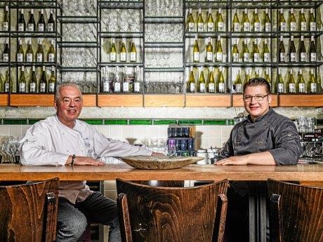 """Herbert Beltle (links) und sein Küchenchefe Maikel Gööck in der """"Rôtisserie Weingrün"""" in Mitte."""