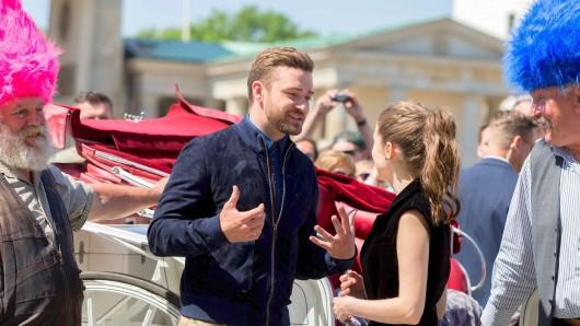 Beste Laune am Brandenburger Tor: US-Star Justin Timberlake setzt einem Berliner Kutschfahrer eine Troll-Perücke auf und scherzt am Dienstagmittag  mit Kollegin Anna Kendrick
