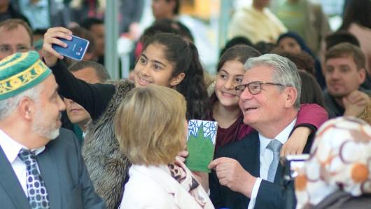 Bundespräsident Joachim Gauck nimmt am öffentlichen Fastenbrechen in Berlin teil und lässt sich zu einem Selfie mit Kindern überreden