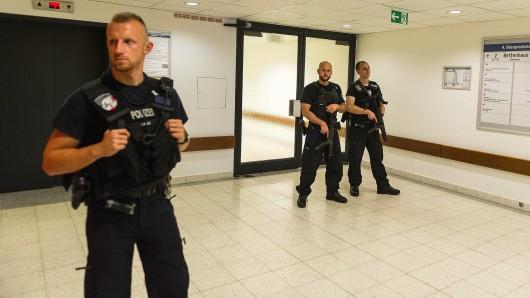 Polizisten sichern nach den Schüssen im Berliner Benjamin-Franklin-Krankenhaus den Eingang zum Tatort