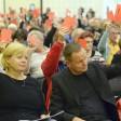 Klaus Lederer, Berlins Vorsitzender der Partei Die Linke, und Gesine Lötzsch, stellvertretende Vorsitzende der Linksfraktion im Deutschen Bundestag bei der Abstimmung zur Aufnahme von Koalitionsverhandlungen mit SPD und Grünen