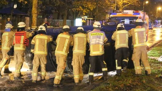 Wenige Minuten nach 16 Uhr hat sich ein BMW-Fahrer mit seinem Pkw auf der Straße Hasenheide überschlagen.