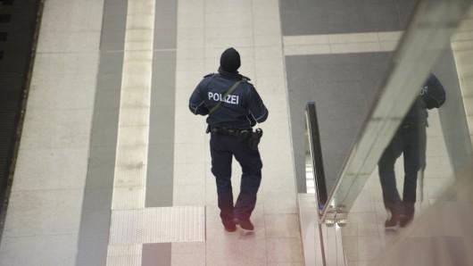 Ein Polizist am Freitagmorgen am Hauptbahnhof