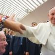 Ansturm: Sven (76) duckt sich, als die Menschen hinter ihm die Hände nach Franziskus recken. Doch der Papst gibt auch Sven die Hand und segnet ihn
