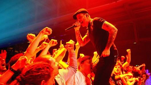 Sänger Al Barr auf der Bühne