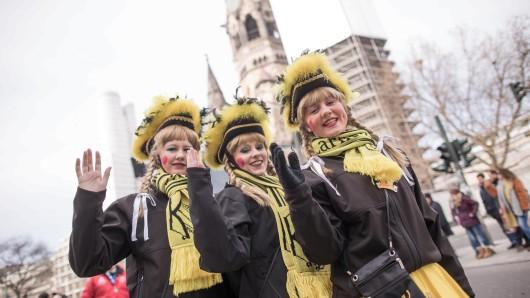 Da lachte sogar die Sonne: Bei milden Temperaturen haben nach Angaben der Veranstalter rund 200.000 Menschen den Berliner Karnevalsumzug gefeiert.