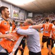 Die Spieler mit Aleksandar Okolic (l) der BR Volleys jubeln über den Sieg