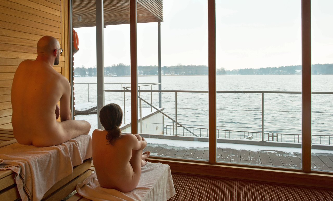 Die schwimmende Seesauna in der Fontane Therme in Neuruppin