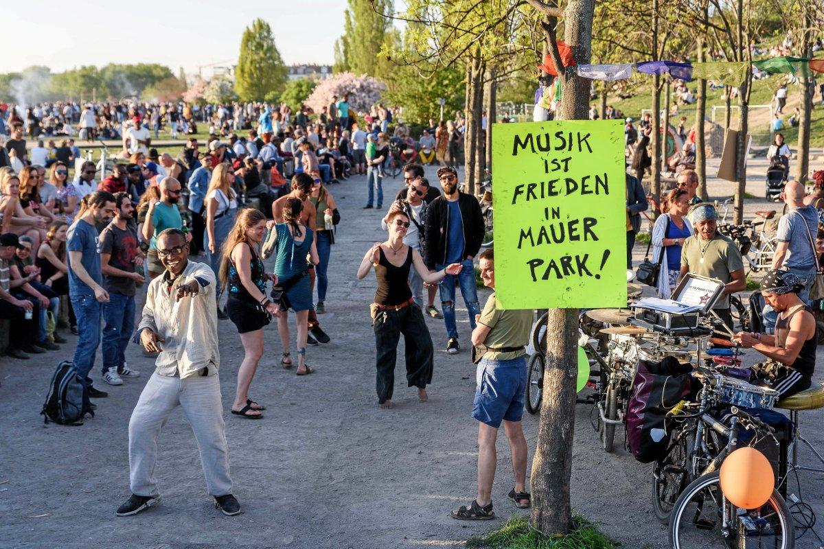 Straßenmusiker sammeln Geld für Schallschutz im Mauerpark