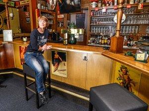 Abstand ist alles: Antje Böhm begann in der Pankower Sportsbar Maxim gleich nach der Nachricht über die Lockerung für Kneipen mit Vorbereitungen für den Neustart.