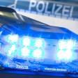 ARCHIV- ILLUSTRATION- Eine Blaulicht leuchtet am 27.07.2015 in Osnabrück (Niedersachsen) auf dem Dach eines Polizeiwagens. Im Fall des tödlichen Überfalls auf ein Brüderpaar in Rietberg sucht die Polizei nach der Verhaftung von zwei Verdächtigen einen weiteren Mittäter. Die Ermittler werfen dem Trio gemeinschaftlichen Mord vor, wie sie am Donnerstag in Bielefeld berichteten. Foto: Friso Gentsch/dpa +++(c) dpa - Bildfunk+++