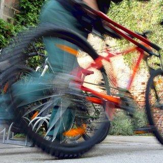 Ein Mann mit Fahrrad (Archivbild)