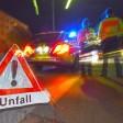 """ARCHIV - ILLUSTRATION - Ein Polizeifahrzeug steht am 22.06.2015 in Freiburg (Baden-Württemberg) mit Blaulicht auf der Straße. Daneben steht ein Warndreieck mit dem Schriftzug """"Unfall"""". Foto: Patrick Seeger/dpa (zu lhe-BLICKPUNKT Zahl der Verkehrs-Unfallfluchten bleibt hoch vom 22.02.2016) +++(c) dpa - Bildfunk+++"""