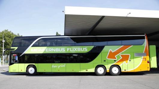 Ein Doppeldecker von Flixbus. Ein solcher Bus machte sich am Sonntag auf die Fahrt von Mönchengladbach nach Berlin, war aber für ein anderes Ziel eingeplant. Der Fahrer musste eine unangenehme Entscheidung vertreten.