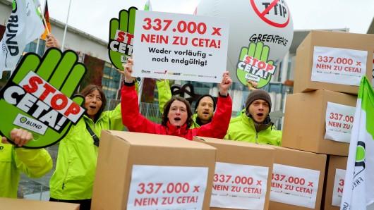 Aktivisten protestieren am Mittwoch vor dem Bundeskanzleramt