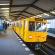 Eine U-Bahn im -Bahnhof Möckernbrücke (Archivbild)