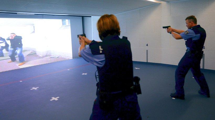 berlins polizisten haben zwei minuten schie training im jahr berliner morgenpost. Black Bedroom Furniture Sets. Home Design Ideas