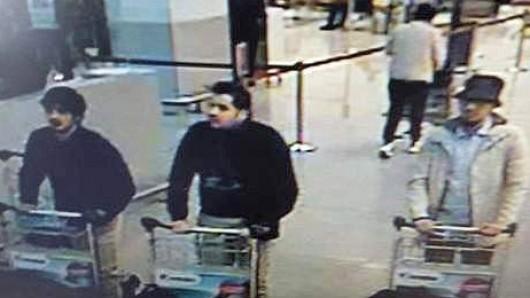 Diese drei Männer tauchten auf Bildern einer Überwachungskamera des Flughafens auf: Bislang waren nur die beiden linken identifiziert worden, der Mann rechts im Bild soll nun in der Nacht zum Freitag gefasst worden sein.