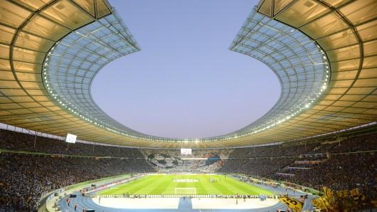 Hertha BSC Logo am Dach vom Olympiastadion, Fan-Choreo von Hertha vor dem Spiel, Stimmung, Fans, Zuschauer, Ultras,Fussball, DFB Pokal, Halbfinale, Hertha BSC Berlin (B) - Borussia Dortmund (DO) 0:3, am 20.04.2015 in Berlin/ Deutschland.| Verwendung weltweit