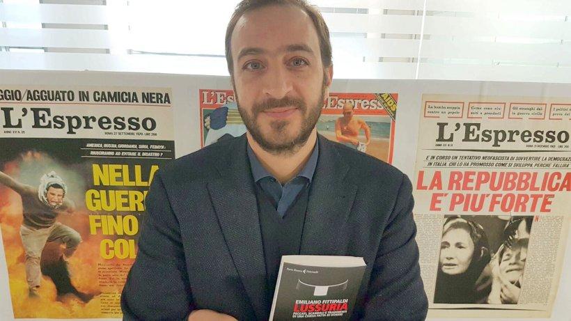 Der italienische Enthüllungsjournalist Emiliano Fittipaldi in Rom in seiner Redaktion. In Händen hält er sein neues Buch