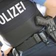 Eine Polizistin mit Dienstwaffe im Einsatz (Archivbild)