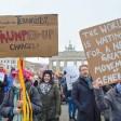 Demonstranten am Nachmittag vor der US-amerikanischen Botschaft in Berlin