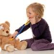 Ein Kind untersucht seinen Teddybär. Wenn das Kind krank ist, bleibt meist die Mutter zu Hause (Archivbild)