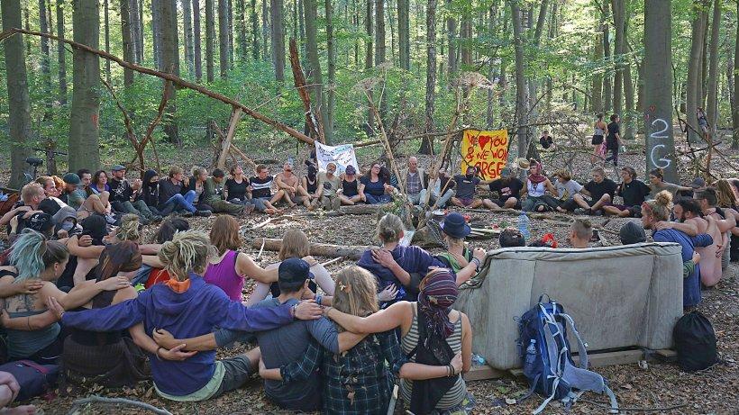 hambacher forst aktivisten bleiben trotz todesfall berliner morgenpost