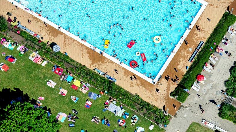 Junge Migranten sollen im Schwimmbad für Ruhe sorgen
