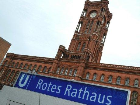 Die SPD lädt erst einmal ihre bisherigen Koalitionspartner Grüne und Linke zu Soniderungsgesprächen ein.