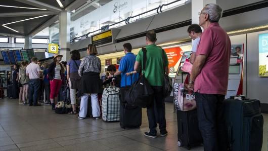 Reisende im Check-in-Bereich am Flughafen Berlin-Tegel (Archivbild)