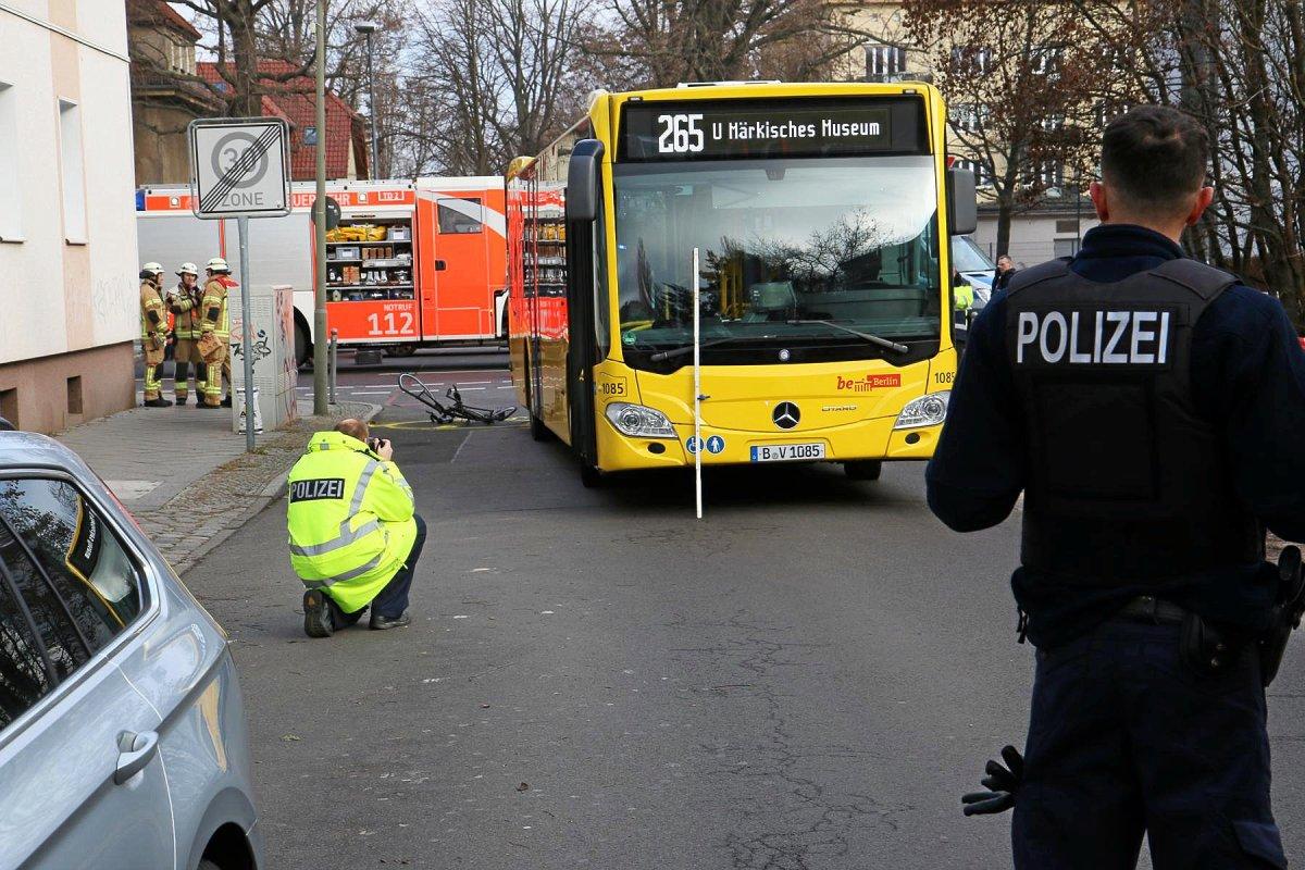 Unfall in Berlin: Radfahrer stirbt unter BVG-Bus
