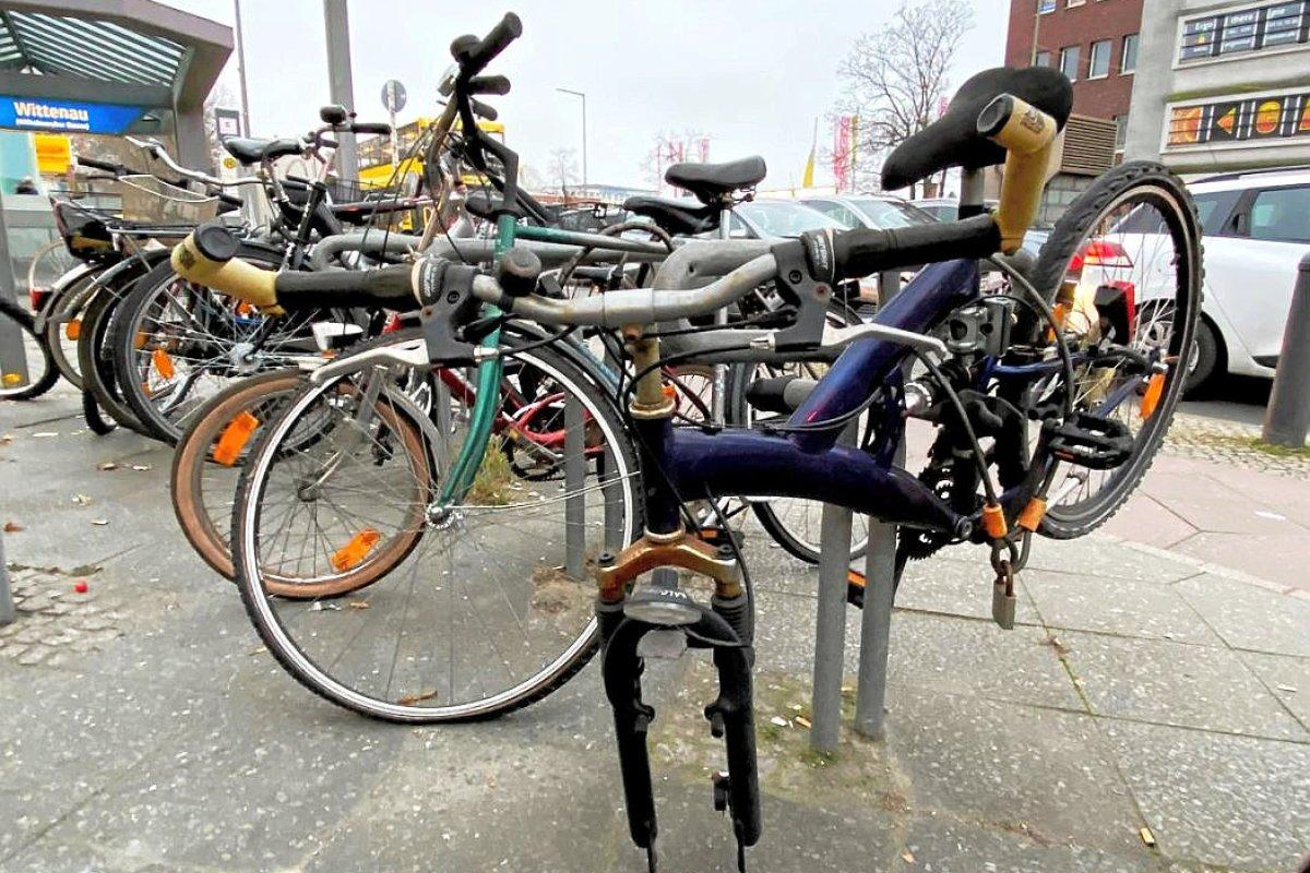 Verwaiste Fahrräder am Straßenrand sollen verschwinden