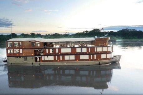 """Die """"Delfin II"""" gleicht eher einem Hausboot denn einem Kreuzfahrtschiff und hat Platz für 28 Passagiere. Passend für das Revier ist sie wendig und hat wenig Tiefgang"""