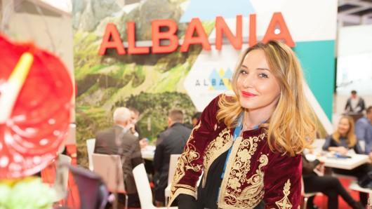 In einer Festtagsjacke ihrer Heimat: Vilma Biba wirbt auf der ITB Kunden für das Reiseunternehmen Globus Travel Agency aus Albanien