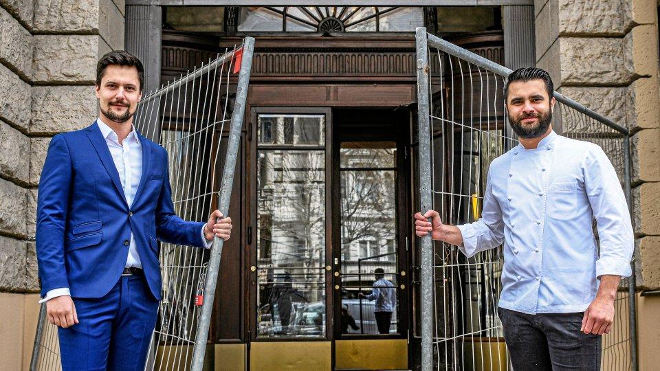 """Restaurantleiter Felix Kress (links) und Küchenchef Dennis Melzer stehen vor dem einstigen """"Grosz"""", das im Herbst als """"Cumberland Restaurant"""" eröffnen soll."""