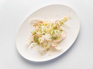 """Salat vom weißen Spargel, Eisgerste, Radieschen, Schnittlauch von Stephan Hentschel aus dem """"Cookies Cream""""."""