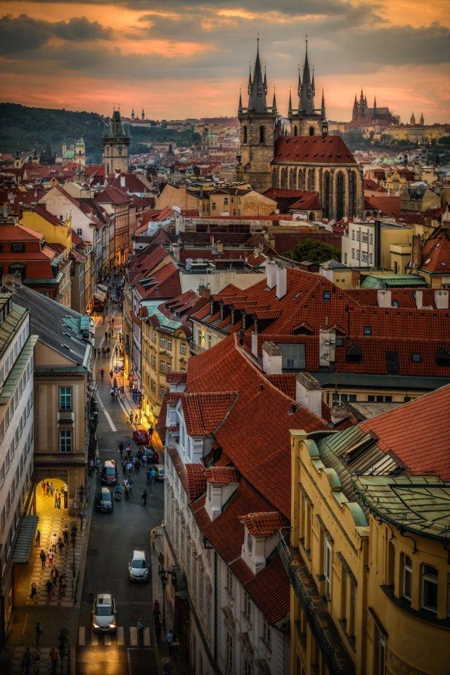 Ein Blick über die Dächer der Altstadt: In der Abenddämmerung wird es ruhiger auf den Straßen. Viele der prachtvollen Gebäude werden angestrahlt