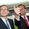 Da war das Rennen noch offen: Berlins Regierender Bürgermeister Michael Müller (l) und der Präsident des Deutschen Olympischen Sportbundes (DOSB) Alfons Hörmann im Februar bei einer Pressekonferenz im Olympiastadion