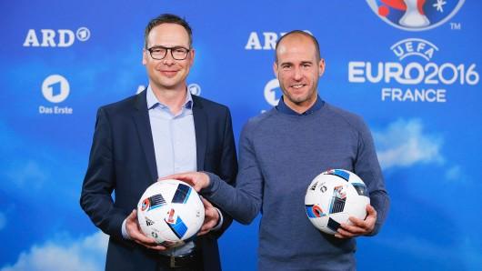 Bewährtes Team: Matthias Opdenhövel (l.) und Mehmet Scholl führen in der ARD durch die EM